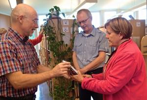 Tage Bucht og Maria Tapani mottar Mellems bok på vegne av biblioteket av Alf E. Hansen. KUVA EVY HANSEN
