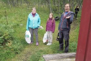 Siv Rasmussen, Arto Enojärvi og barna Anna Kaisa og Elias ble lang i maska da de oppdaga at det ikkje var vann i badstubekken. De måtte snu og hente vann hjemme. Heldigvis hadde de bil!