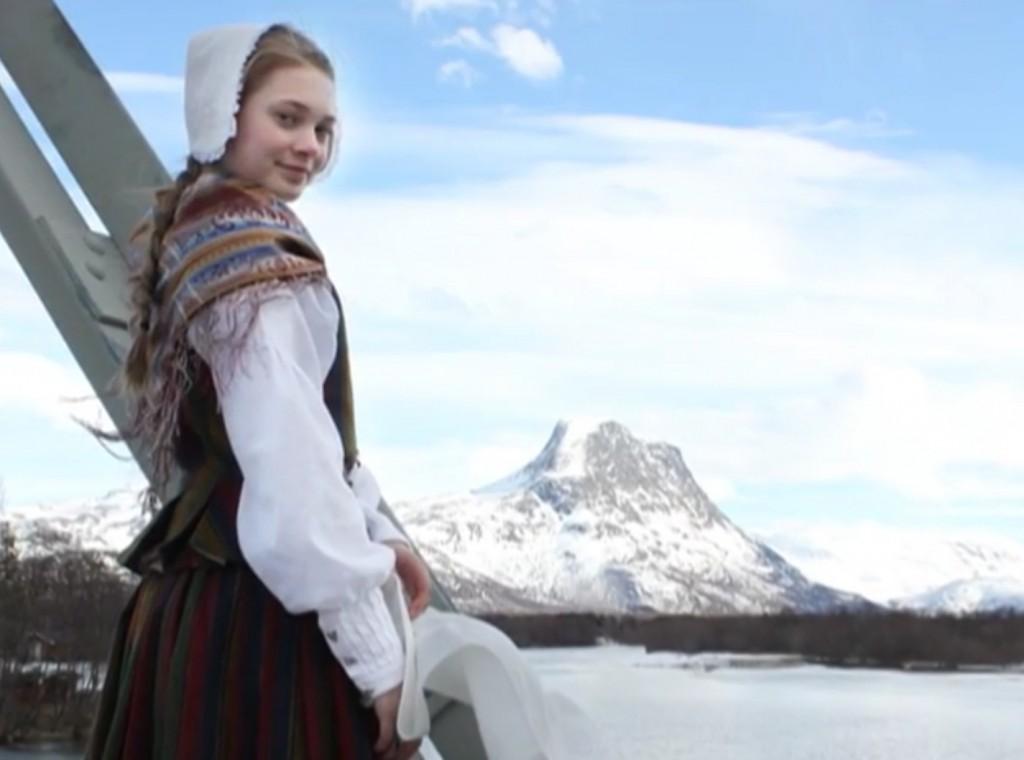 I filmen, som er tilgjengelig på youtube, blir vi bedre kjent med blant annet unge Kristin Haslund Salo fra Nordreisa og hennes kvenske røtter fra Manndalen i Kåfjord kommune. Filmen tar for seg bruken av kvendrakta som identitetsmarkør. KUVA SCREENSHOT