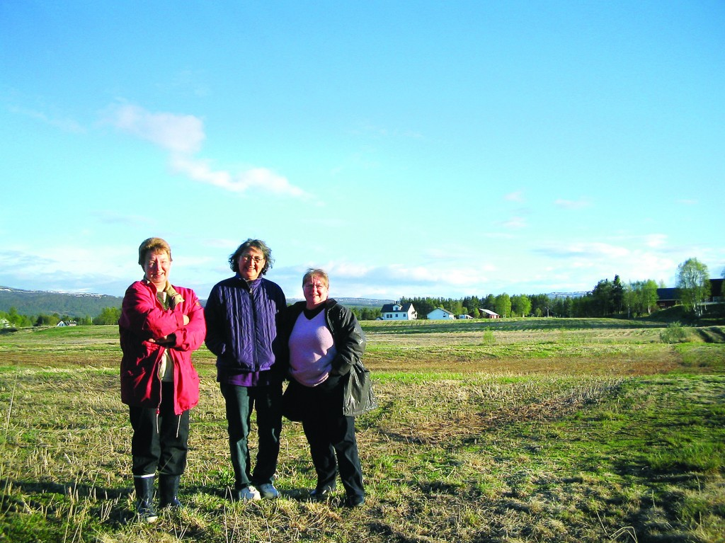 Se häytyi käyä kans Emma Synnöven luona Målselvissa. Hän ja Robert oon neput. • Robert og kona Loagie (midt på bildet) besøkte også Grete Alises søskenbarn Emma Synnøve (til venstre) i Karlstad i Målselv.