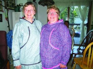 Evy Marie Nilima Hansen og Grete Alise Nilima Monsen i tradisjonelle drakter fra Alaska.