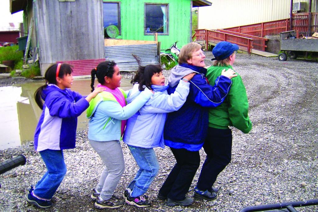 Grete Alise og Evy lærer barn i Noatak, hvor Roberg bor, å danse jenka.