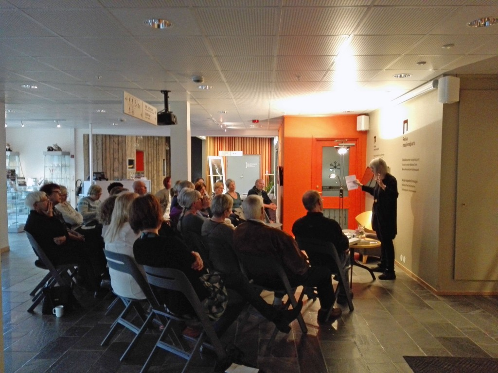 Om lag 30 personer møtte opp da den anerkjente skogfinske forfatteren Britt Karin Larsen besøkte Nordreisa sist uke. KUVA PÅL VEGARD ERIKSEN, Halti Kvenkultursenter