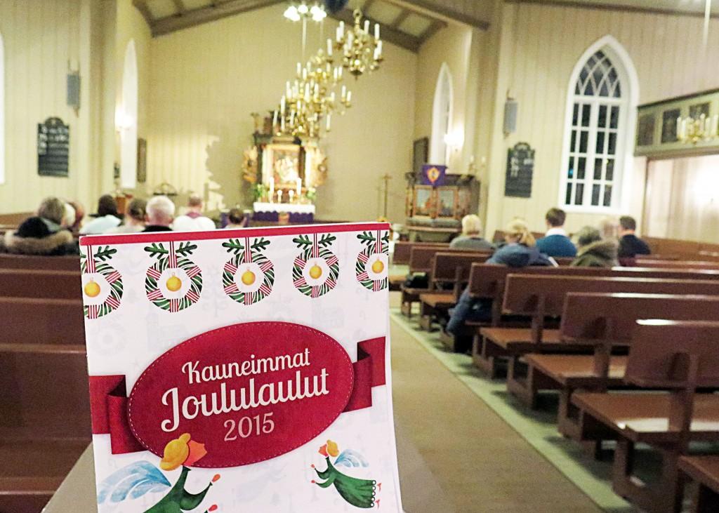Fra 1.1.2017 må de nordiske kirkene bekrefte antall medlemmer på samme måte som andre trosamfunn i Norge. Prest Anssi Elenius (innfelt) i den finske ev.lut. menigheten håper at flest mulig sender inn påmeldingsskjemaet. KUVA: KAROLIINA HUHTANEN/LIISA KOIVULEHTO