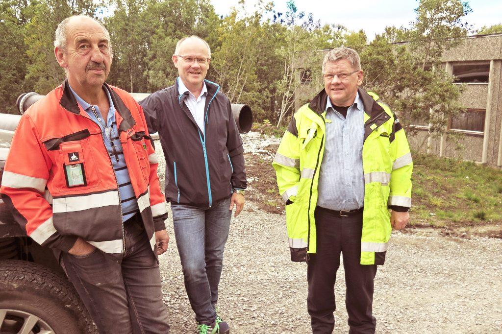 Halvar Tollefsen fra Einar Sørensens maskinentreprenør (t.v.), Jon Egil Ottosen fra Nordnorsk byggekontroll og prosjektleder Arne Tessem i Tromsø kommune konstaterer at det ikke renner vann i badstubekken. KUVA: LIISA KOIVULEHTO