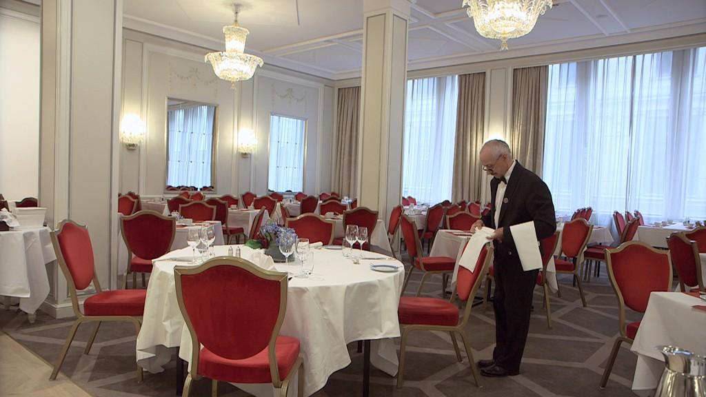 Einar Benjaminsen jobber i Speilsalen på Grand Hotel i Oslo, men i feriene gjør han noe helt annet.