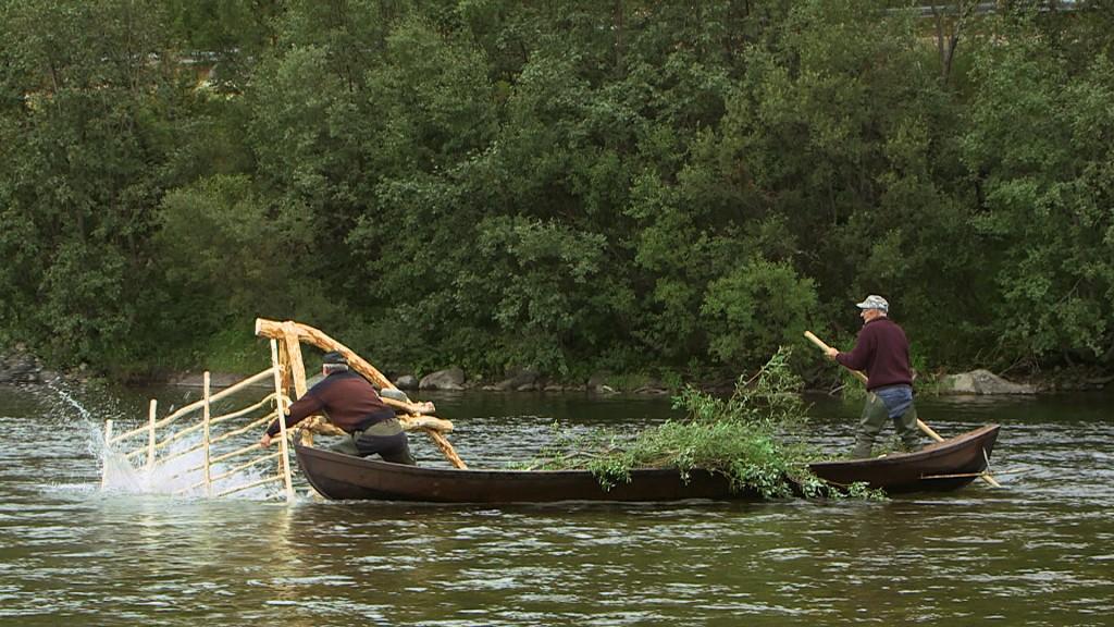 Sist sommer deltok de Einar og broren Ragnvald i en rekonstruksjon av det gamle stengselsfiske etter laks i Lakselva. KUVAT SIIVET AS