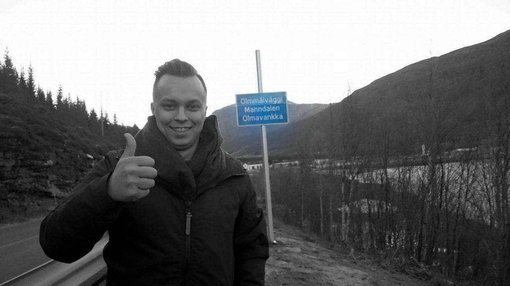 Pål Vegard Eriksen er strålende fornøyd med det trespråklige skiltet til hjembygda si. KUVA PRIVAT
