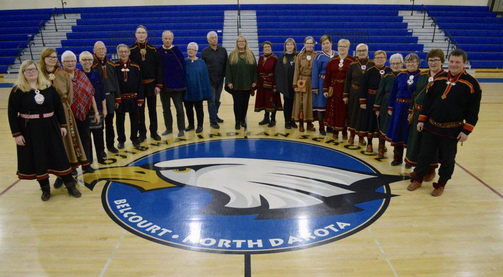 Korene fra Kåfjord ble tatt godt i mot da de sang kvenske, samiske og norske sanger. Flere i koret stilte i tradisjonelle klær fra Troms. Bildet er tatt i forbindelse med konserten på Ojibwa Indian School i Belcourt. KUVAT TOVE HAUGERUDBRÅTEN