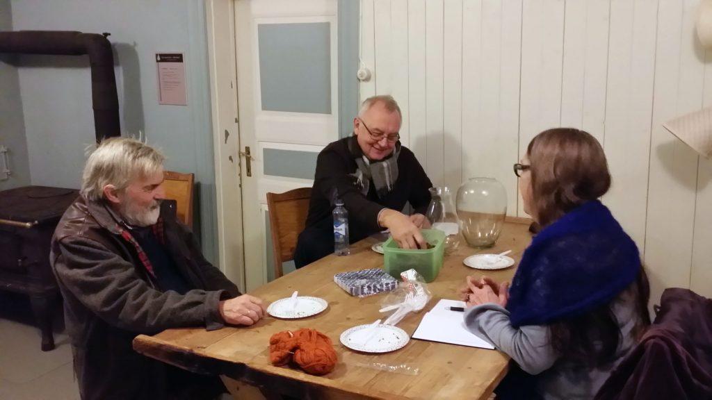 NKFs Trygg Jakola i samtale med Irma Sofie Mølø og Harald Svenbalrud Mølø. KUVAT STIG NODLAND