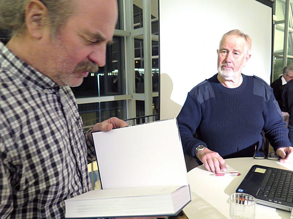 Per Posti (t.v.) er oldebarn etter den legendariske ishavsfareren Johan Petter Posti. Kjell-Gudmund Kjær har skrevet boka Ishavsfarerne 1859-1909 hvor det kryr av kvenske ishavsskippere. KUVA: LIISA KOIVULEHTO