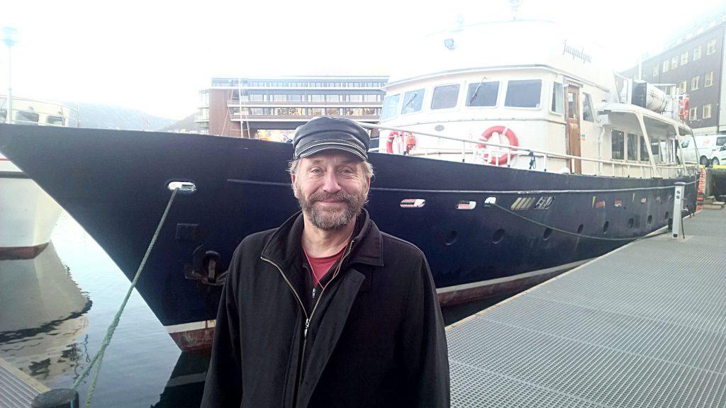 Hvalsafarisesongen 2016-2017 har akkurat begynt. Indre havn i Tromsø kryr av safaribåter. Hvalguide-matros Lauri Pietikäinen på «MS Jacquelyne» tror at de vil få dobbelt så mange hvalturister enn i fjor. Innfelt: Lauri Pietikäinen sitt bilde av en spesiell spekkhogger. KUVA: LIISA KOIVULEHTO