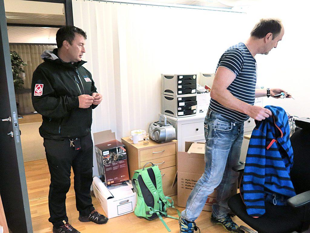 Laikkoisänän driftsleederi Vidar Pedersen ja Ivar Johnsen freistathaan saađa kaikki avvaimet oorninkhiin.