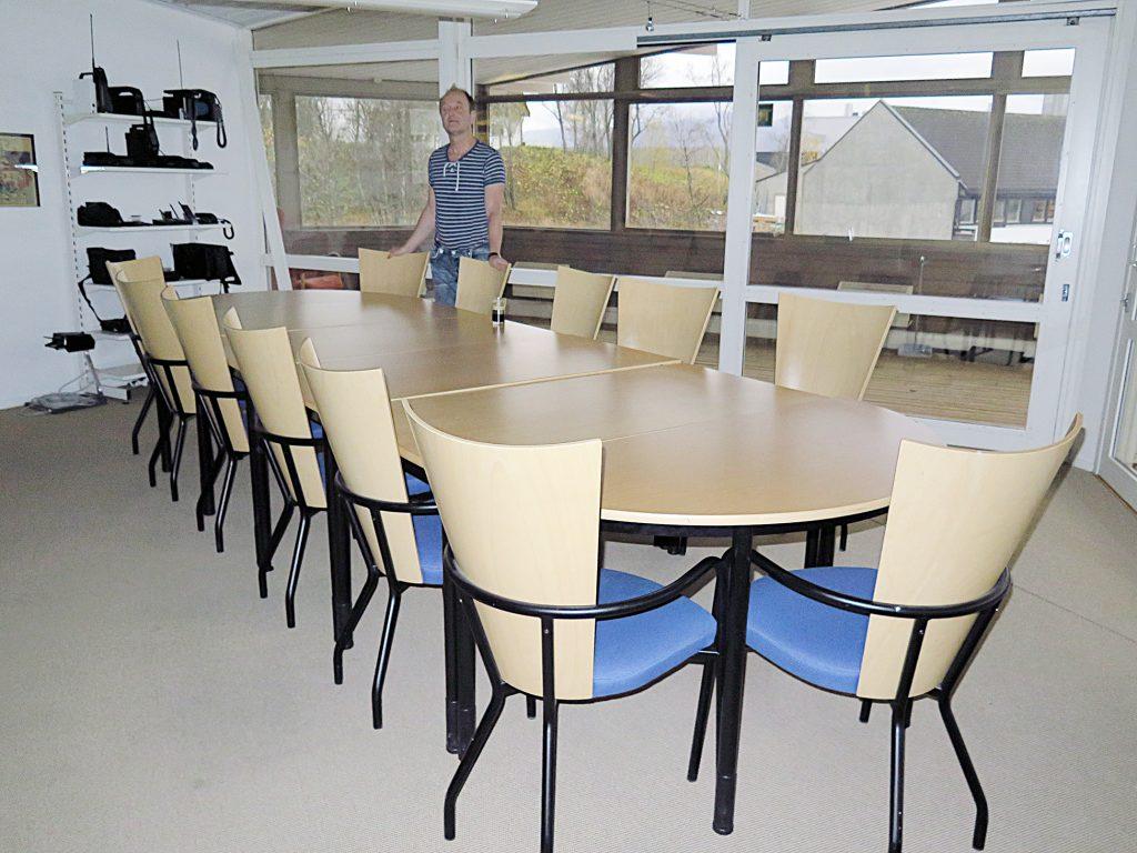 Isossa kokkoushuonheessa oon tusina tuolii. KUVAT LIISA KOIVULEHTO