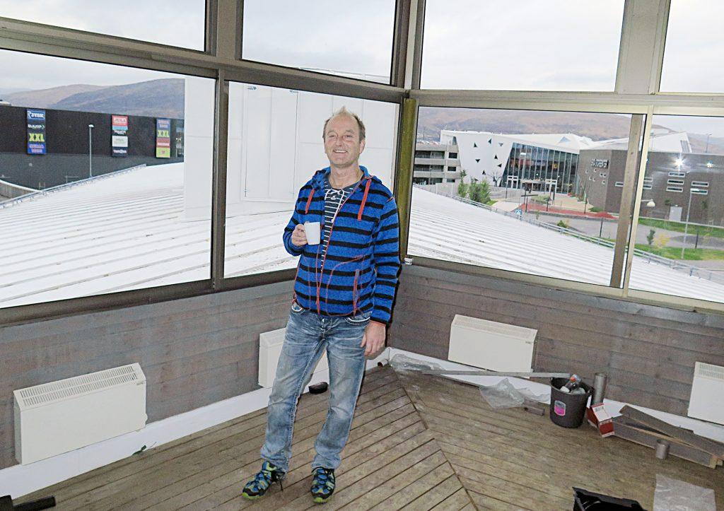 Liitonsekretääri Ivar Johnsen tykästyi paikala uuđen konttuuripytingin yhtheisheen talvitarhaasheen.