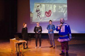 Mikkel Gaup var konferansier på gårsdagens Flerspråklighetskonferanse i Lakselv, her sammen med foredragsholderne Anna Kaisa Räisänen, Carola Kleemann og Florian Hiss.