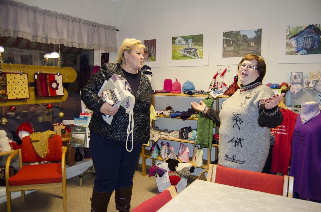 Statsminister Erna Solberg viste stor interesse for det Bodil Andersen fortalte om aktivitetene på Kvenstua. KUVAT HEIDI NILIMA MONSEN