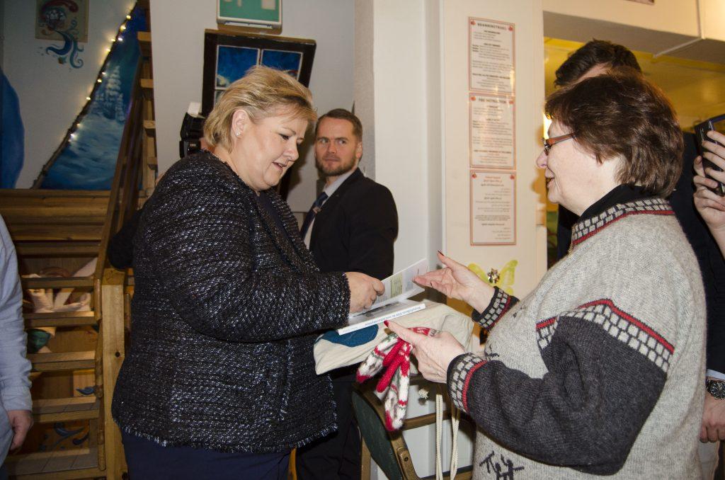 Erna Solberg fikk boken Kvenfolkets 500 år ved Ishavskysten og et par votter fra Bodil Andersen i Alta Kvenforening.