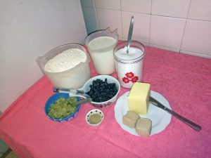 5 desilitterrii maittoo, 125 grammaa voita, 50 grammaa jäärii, 125 grammaa sokkerii, 1 teelusikkaa kardemommii, suunile 600 grammaa nisujauhoo, rusinoita ja sukaattii