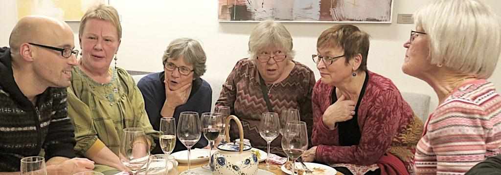 Institutt for språk og kultur ved UiT hadde invitert både yrkesaktive og pensjonerte kolleger til en liten avskjedsfest i desember i fjor. Fra v. Philipp Conzett, Eira Söderholm, Jorid Hjulstad Junttila, Marjatta Norman, Gerd Bjørhovde og Tove Bull. KUVAT: LIISA KOIVULEHTO