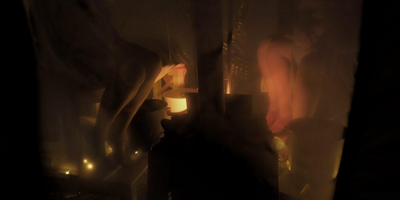 Nød lærer nakne kvinner å sette opp teltbadstu • Telttasauna testissä