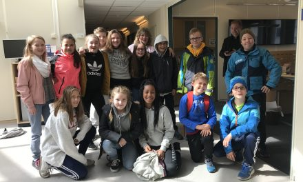 Livlige 6. klassinger fra Kvænangen på avisbesøk
