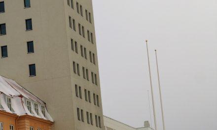 Tomme flaggstenger hos Bispegården og fylkeskommunen på Kvænfolkets dag