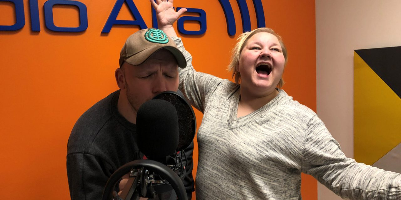 Heidi og Martin synger Queen på kvensk